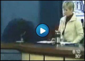 Giornalista intervista un ragazzo che poi vomita sul tavolo